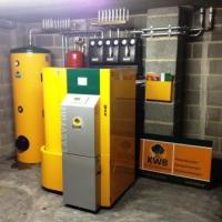 Chaudière KWB avec silo intégré et boiler pour la production d'eau chaude sanitaire, 3 circuits de chauffage