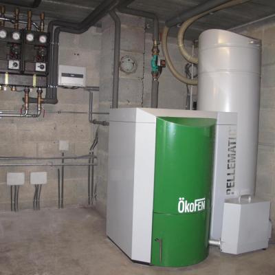 Chaudière Okofen avec silo de 200 litres intégré adaptée dans un deuxième temps sur un silo de 4 tonnes pour une alimentation automatique plus confortable, 2 circuits de chauffage